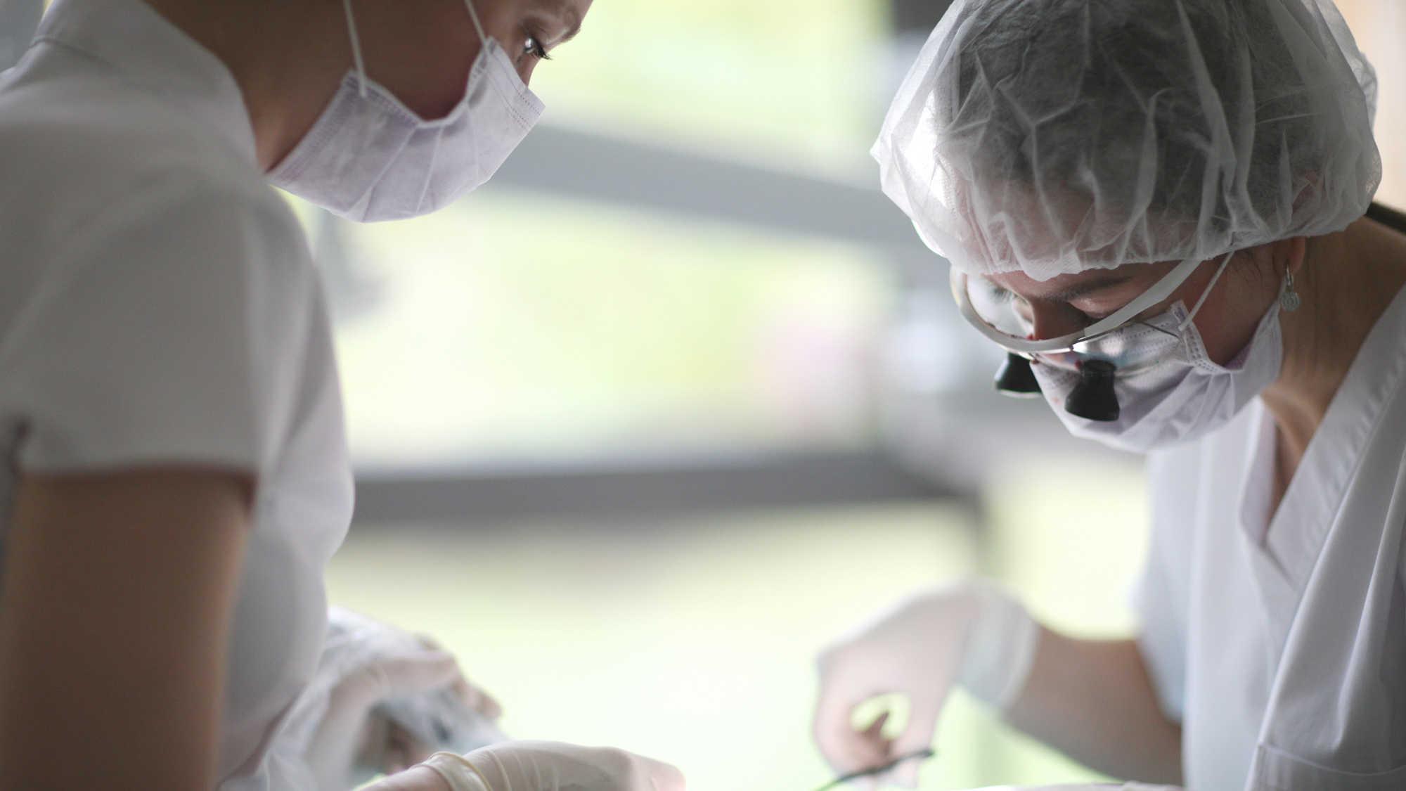 Celosvětový nedostatek roušek zasahuje zubní ordinace po celém světě
